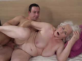 Grey-haired female gets the brush hairy cunt fucked by younger little shaver