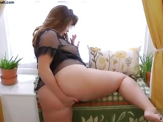 Grand Rump Brit PLUS-SIZE Paige Turnah Jerks At Beautiful Gardener